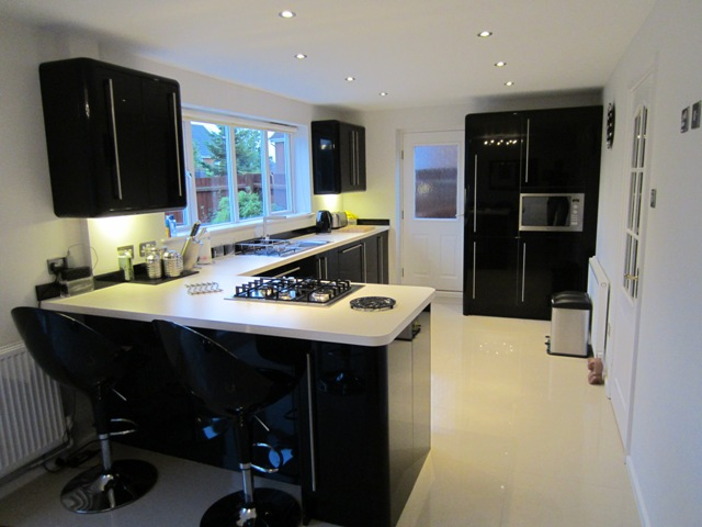 Black gloss kitchen worktops new kitchen style for Black gloss kitchen ideas